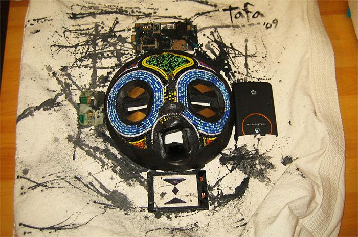 伝統的アフリカンマスクを使った Tafa (ガーナ出身)の作品