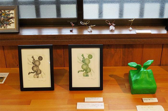 Sonomi Kobayashi (左)、坂本実土里 (右) とKiyomi Yamagishi (奥)の作品